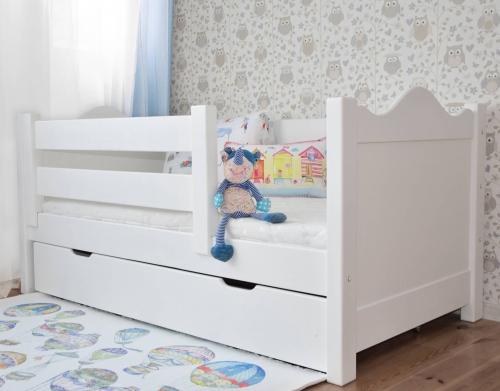 Łóżko dla dzieci BASIA z barierką i szufladą, białe